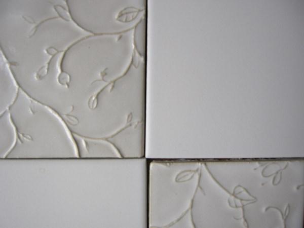 Kakel med reliefdekor, kombinerat med standardkakel 10x10cm